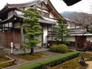 rumah adat tahan gempa